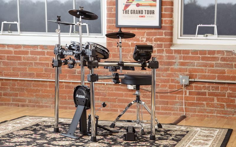 Elektronická bicí souprava ALESIS NITRO MESH KIT ve zkušebně na koberci